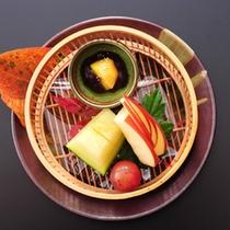 ★秋の夕食(一例)食後をかざる、彩り豊かな季節のデザートも味だけでなく、器もお楽しみ頂けます。