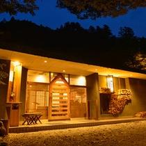 食事処「山の茶屋」山の中にひっそりと佇む古民家のような食事処です。