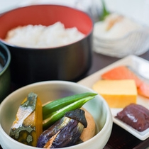 *朝食一例/焼き魚、煮物、刺身、ごはん、味噌汁など、純和風の和朝食をご用意いたします。