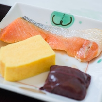 *朝食一例/朝食の定番、焼き魚。バランスのとれた和食膳で一日をスタートしましょう。
