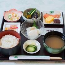 *朝食一例/シンプルな和食膳ですが、充分にお腹を満たしてくれる朝ごはんです。