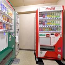 *館内/自販機コーナー。ソフトドリンクとお酒を販売中。