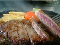 ステーキプランのステーキです。結構ボリュームあります。鉄板であつあつですよ~!!