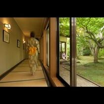 素足で歩く畳敷きの廊下
