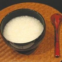 当館の源泉を使用したあつあつの温泉粥。胃腸に優しい一品です。ご朝食でどうぞ♪