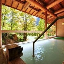 大浴場【湯元館・外湯】新緑の夏。風と日差しが心地よい露天風呂