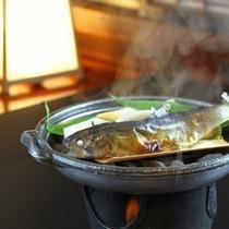 お席で蒸し上げる「岩魚塩焼き蒸し」ホカホカ蒸したてをお召し上がりくださいませ(一例)
