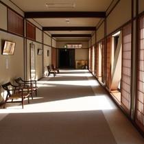 新館【介山荘】入口。館内のいたるところから外の景色をお楽しみいただけます