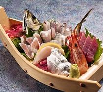 近海ものにこだわったお刺身は新鮮そのもの♪【舟盛/1名様用】※中身は毎日異なります。
