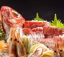 熱海近海で水揚げされた地魚を用いた「舟盛」は見た目も豪華♪※中身は毎日異なります。
