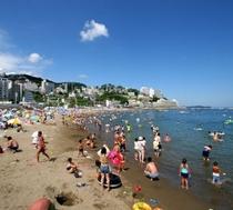 夏には熱海サンビーチで多くの方が海水浴を楽しまれています。当館より徒歩3分