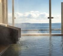 人気の展望貸切露天風呂【初島】檜の枠で出来た湯舟が一つのタイプです。