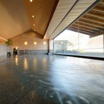 大浴場。ヒノキの香りと優しい泉質が昼夜問わずに楽しめます。