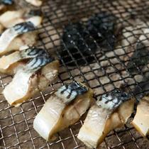 炭火で炙った魚。こんがりと焼けた魚からは食欲を誘ういい香りが・・・