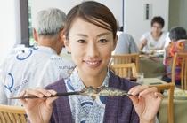 美味しそうな山女魚の塩焼き。おもわず丸かじりしちゃお。