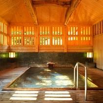 御夢想の湯は、朝昼の無双窓からの清々しい陽射しが、夜は情緒豊かな月明かりが湯船を照らします。