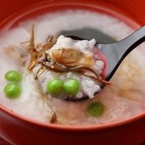 【朝食】源泉で炊いたお粥を朝食にご用意いたします。温泉のやさしい塩味が食欲をそそります。