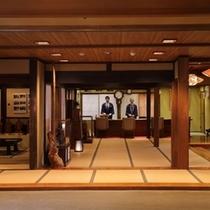 【施設 お帳場】入り口正面の上段の間には、たむらの歴史を感じる調度品が展示されています。