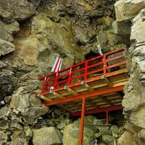 *岩谷観音堂/藩政時代に建てられたといわれる、洞窟に祀られた珍しいお堂。