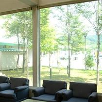 *ロビー/窓の外には遮るもののない、解放感のある眺めが広がっています。