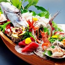 *舟盛(鯛)/鯛を一匹丸ごと使用した、豪華な舟盛となっております。