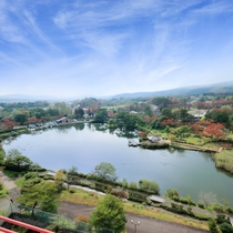 ☆眺望自慢の池側客室-LakeSide-から鏡ヶ池を見下ろす