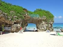 【砂山ビーチ】こぢんまりとした海岸で真っ白な砂の道や珍しい形状の岩があるのが特徴のビーチです。