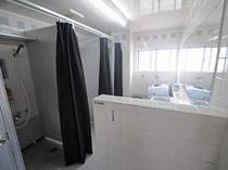 【シャワー室】シャワーの他に無料で使える洗濯機もご用意