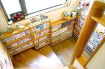 (1)階段に置かれた本棚