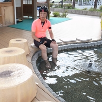 公共浴場前の足湯