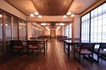 「食事処&レストラン」は所々に衝立が建てられます。