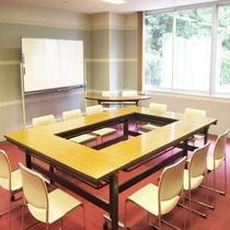 会議室もご用意。別途・要予約。スクール形式で15名様まで可能です。自然を眺めながらの会議は捗ります♪