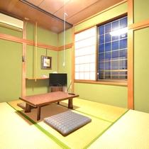 *【本館6畳】本館2Fにある客室。バストイレは共同。シンプルなつくりの客室は1~3名さま用。