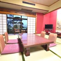 *【新館和室】ゆったりくつろげる広めのお部屋です。加賀の伝統色である朱色の壁が特徴です。