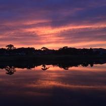*【久慈川一例】赤く色づいた空が水面に写る幻想的な風景が見れることもございます。