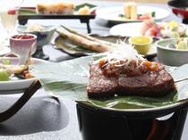 ご夕食のメイン料理は県産牛肉の朴葉焼き♪