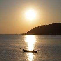 6月から解禁となるウニ漁。足で舵を取りながらの漁はまさに職人の技!