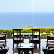 *眺望も素敵なラウンジ。伊豆大島はもちろん、澄んだ日には遠く房総半島まで見渡せます。