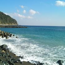 宿から徒歩10分下ると海辺に到着します。