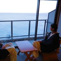 お部屋から刻々と変わる海の景色を眺める