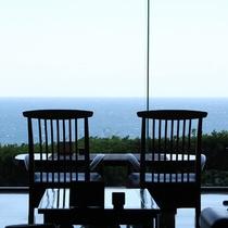 -ロビー。高台から望む海の景色は絶景です。
