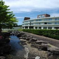 *鶴ヶ池公園から眺めた当館