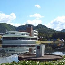 *鶴の銅像側から眺めた当館