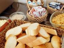 【朝食】洋食派の方にパンの用意もございます。