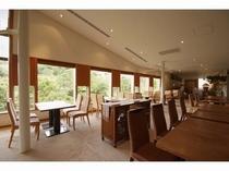 お食事は、眺めの良いレストラン「樹庵」で。