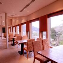 中庭を見下ろす開放的なレストラン