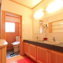 *客室一例(松の間)/客室備え付の洗浄機能付トイレと洗面台です。