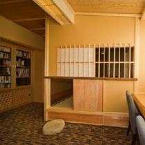 展望ラウンジには、ライブラリーが併設。