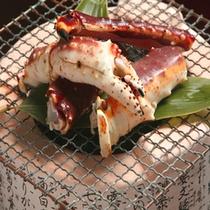 ぎっしりと身が詰まったタラバ蟹を豪快に網焼きで。…ご夕食の一例