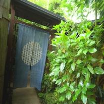 緑豊かな庭園の中、専用の通路を抜け辿り着く <大人の隠れ家>